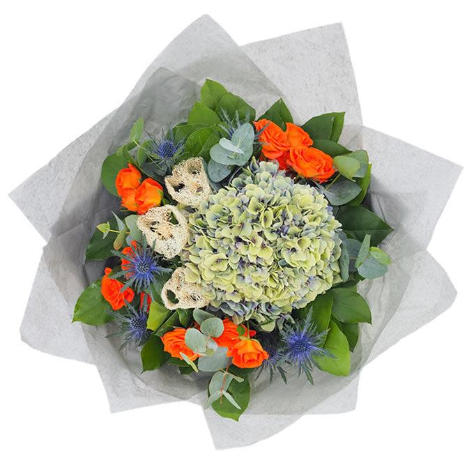 Buchet cu hortensie, eryngium, miniroze și felii de lufa