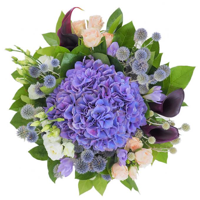 Buchet de flori cu hortensie, cale, frezii, minirosa, lisianthus și echinops