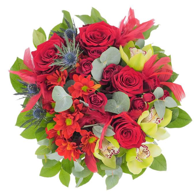 Buchet extravagant cu trandafiri, orhidee cymbidium, eryngium și pene roșii