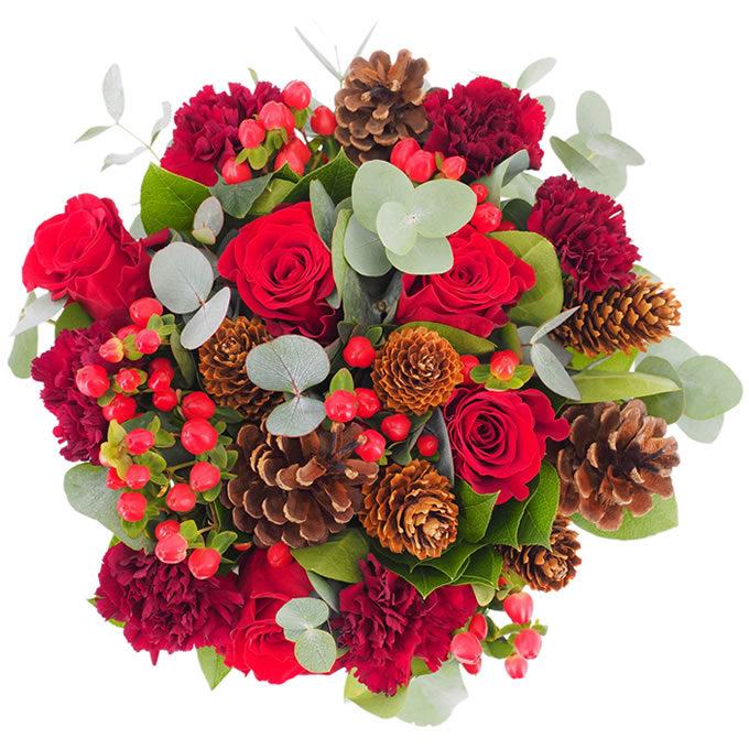 Buchet de flori cu trandafiri, hypericum, garoafe și conuri