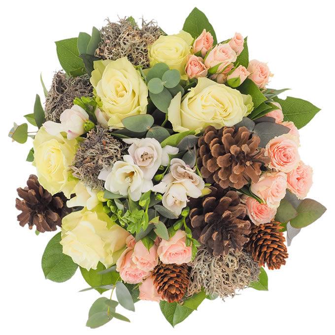 Buchet de iarnă cu flori pastelate, licheni și conuri