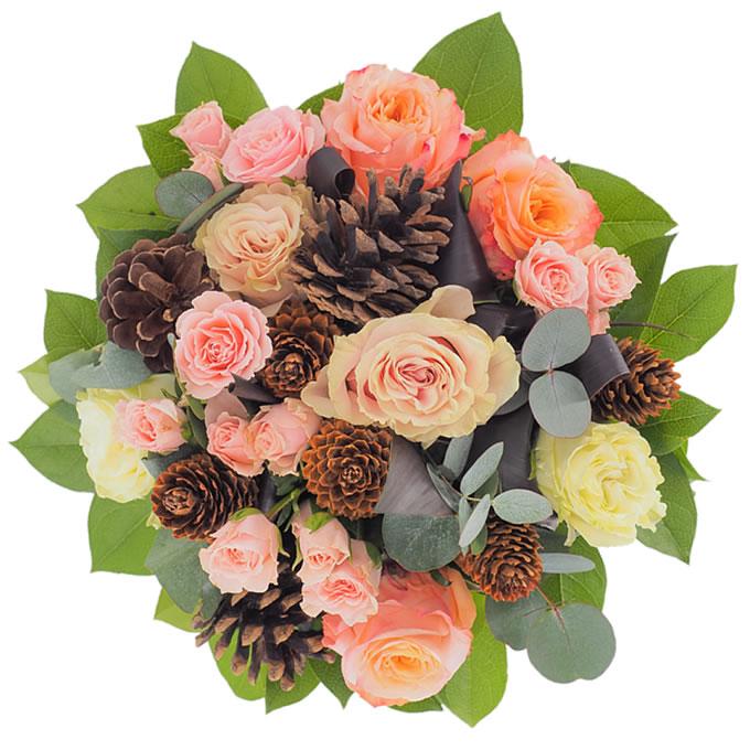 Buchet de iarnă cu trandafiri, minirosa și conuri