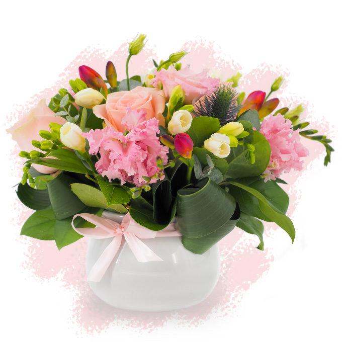 Aranjament floral discret cu eustoma, frezii și trandafiri