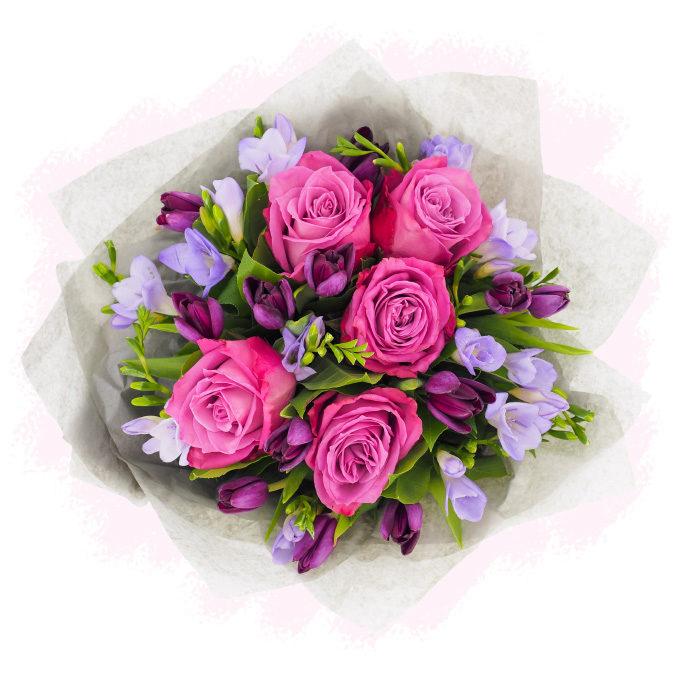 Buchet de flori cu trandafiri fucsia, lalele mov si frezii violet