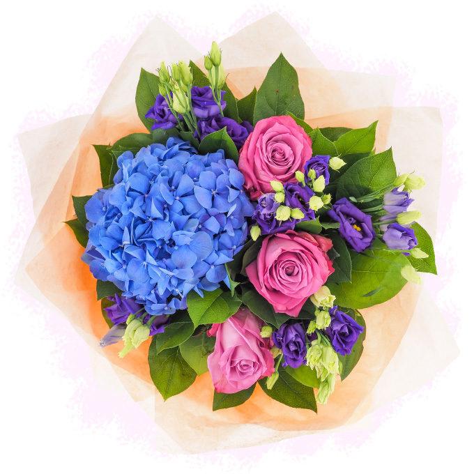 Trei surori - buchet cu hortensie albastră, trandafiri mov și lisianthus violet